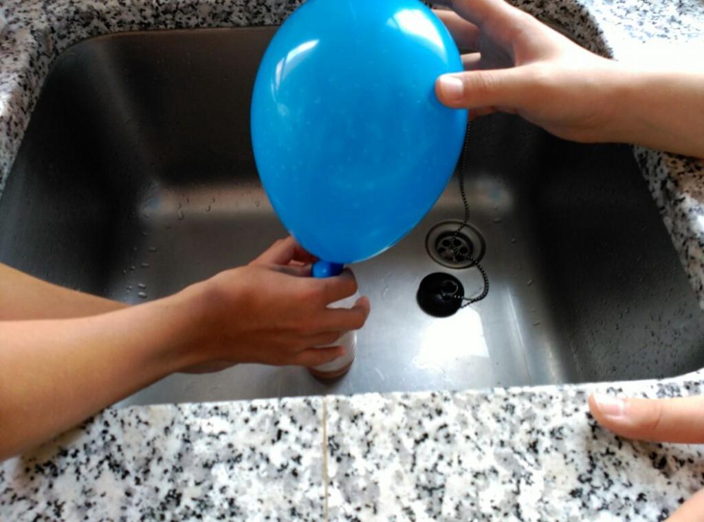 Inflando globos con gas carbónico y vinagre